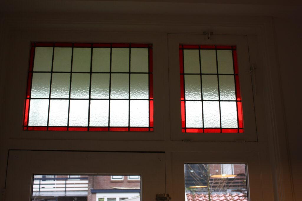 Glas in lood bovenlicht teruggebracht naar originele stijl in uw 30er jaren woning. Waardevermeerdering door behoud originele Stijlelementen.