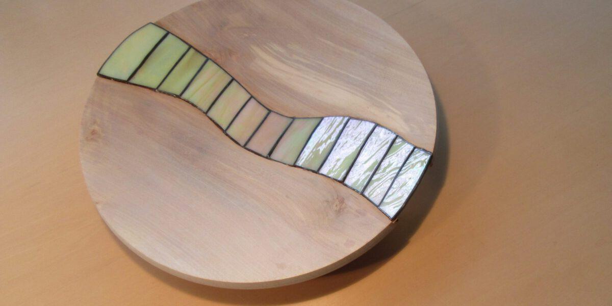 Glaskunst in samenwerking met houtbewerking, unieke stukken van 2 ambachtslieden.