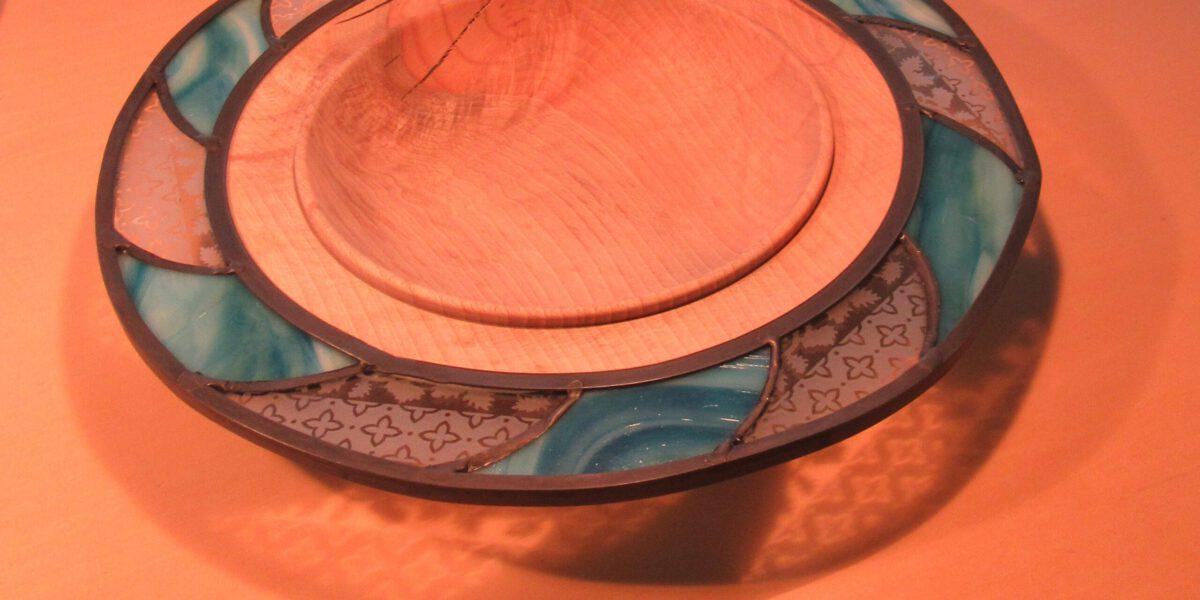 Glas in Lood schaal met hout, spannende combinatie van materialen. Unieke glaskunst