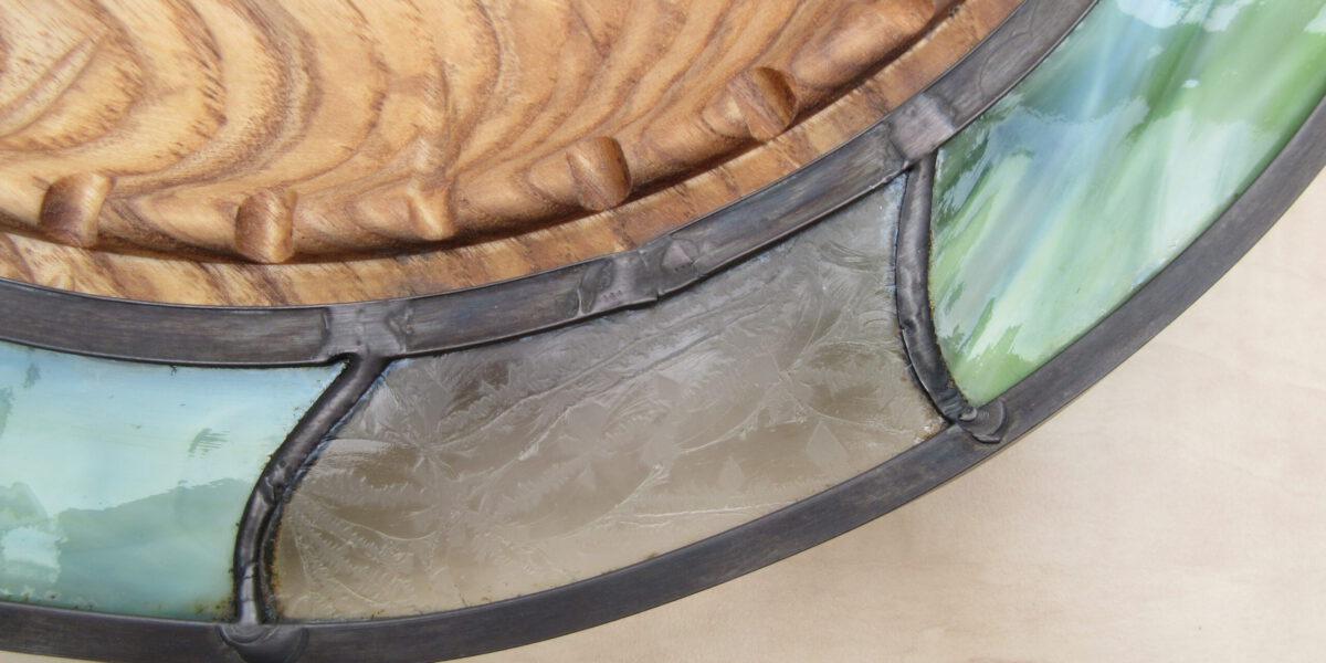 Glas in Lood schaal met hout, spannende combinatie van 2 ruwe weerbarstige materialen. Unieke Kunst