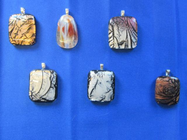 Glazen Sieraden in ons atelier gemaakt dmv glasfusing of fusion
